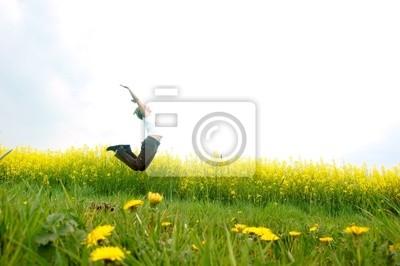 Mujer feliz de salto joven