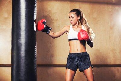 Póster Mujer hermosa boxeo con guantes rojos
