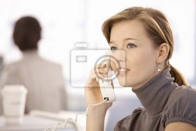 b569b31cd4c4f Mujer joven hablando por teléfono carteles para la pared • pósters ...