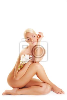 Mujer joven hermosa con la orquídea blanca