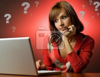 Mujer joven hermosa que trabaja en su portátil