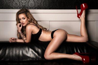 Póster Mujer sensual con perfecto cuerpo delgado posando en lencería