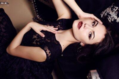 Póster mujer sexy vestido negro posando en el interior de lujo