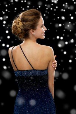 Póster mujer sonriente en traje de noche
