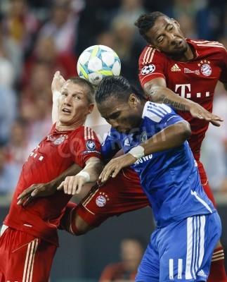 Póster MUNICH, 19 de mayo - Drogba del Chelsea (M) entre Schweinsteiger (L) y Boateng (R) de Baviera durante FC Baviera Munich contra el juego del Chelsea FC de la UEFA Champions League en el Allianz Arena e