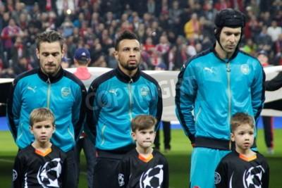 Póster Munich - 4 de noviembre: Mathieu Debuchy, Gabriel Paulista y Pet Cesh En la Liga de Campeones Partido Bayern Munich - Arsenal FC en el Allianz Arena 4 de noviembre de 2015 Munich, Alemania