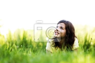 Muy sonriente chica relajante al aire libre
