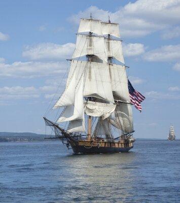 Póster Navegación de la nave alta con la bandera americana en Blue Waters