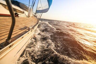 Póster Navegación del yate hacia la puesta del sol. Yates de lujo.