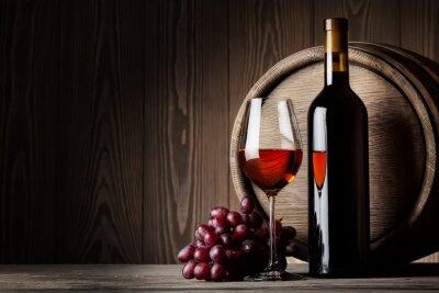 Póster Negro botella y un vaso de vino tinto con uvas y el barril