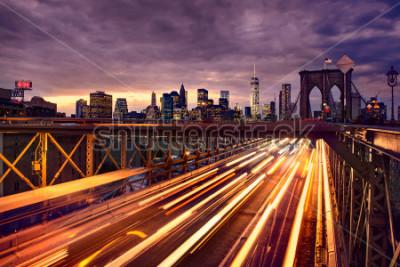 Póster Night car traffic on Brooklyn Bridge in New York City