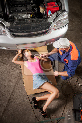 Niña, acostado, debajo, coche, comprobación, motor ...