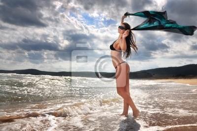 Niña feliz en la playa