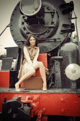 Póster niña sentada en un tren de época
