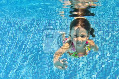 Niño feliz subacuática en la piscina, los niños del deporte