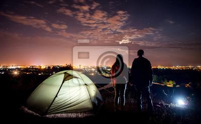 noche acampando cerca de la ciudad