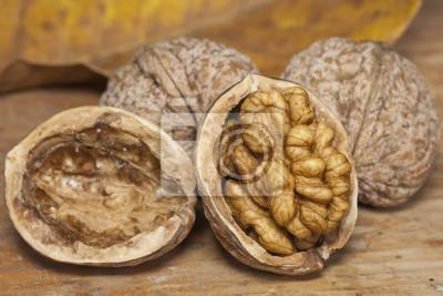 Nueces agrietadas en mesa de madera
