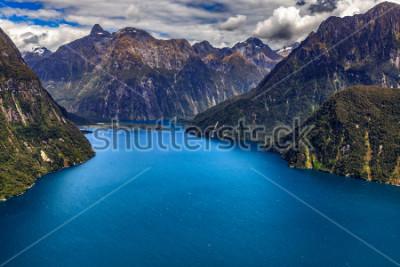 Póster Nueva Zelanda. Milford Sound (Piopiotahi) desde arriba: el jefe del fiordo, Milford Sound Airport al fondo