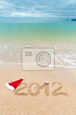 Número 2012 en la arena de la playa - fondo vertical,