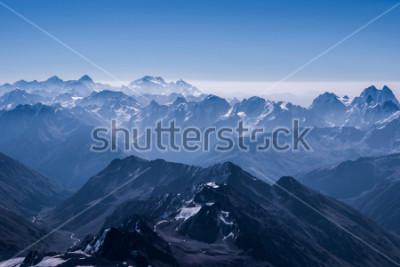 Póster Opinión hermosa del paisaje de la montaña de la nieve desde la tapa de Elbrus. Montaña del Cáucaso en un día soleado. Región de Elbrus, norte del Cáucaso, Rusia