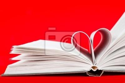 páginas de un libro curvada en forma de corazón