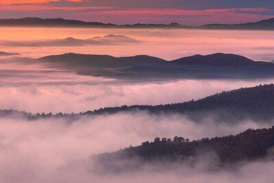Póster Paisaje de la mañana en ambiente de montaña neblinoso