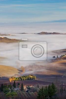 Paisaje de la Toscana en la niebla, Montepulciano (Italia).