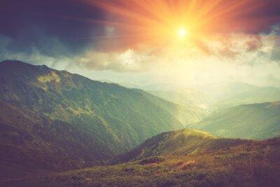 Póster Paisaje de montaña de verano a la luz del sol. Ruta de senderismo en las colinas.