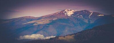 Póster Paisaje de montaña panorámica en primavera.