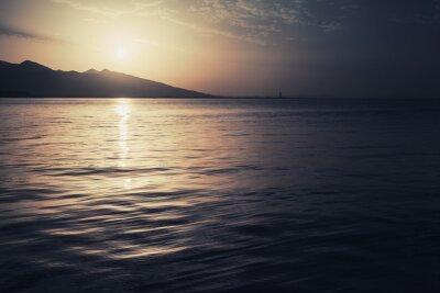 Póster Paisaje marino colorido dramático. Mar, sol y cielo