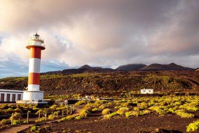 Póster Paisaje volcánico con faro cerca de la fábrica de sal Fuencaliente en la isla de La Palma en España