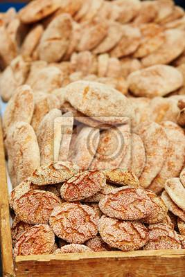 Pan en un mercado tradicional marroquí en Essaouira, Marruecos