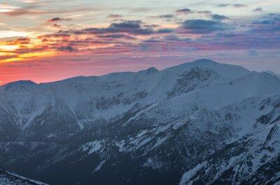 Póster Panorama colorido de la puesta del sol de la montaña en invierno en Tatras occidental
