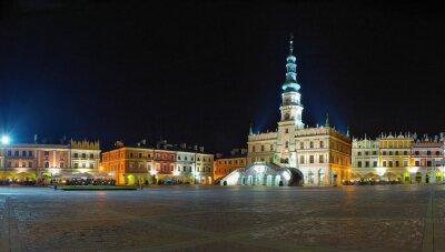 Panorama de la noche de la ciudad vieja de Zamosc, Polonia.