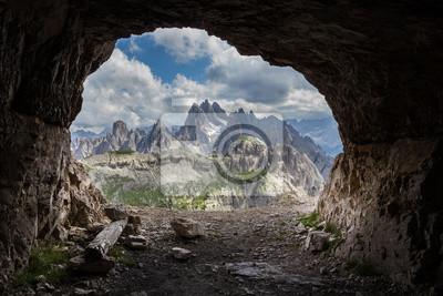 Panorama de las cuevas artificiales, Dolomitas, Italia.