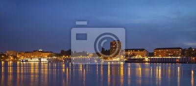 Panorama de Novi Sad muelle por la noche con muchos barcos atracados.