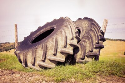 Póster Par de neumáticos de un gran tractor desmontado y dejado en un italiano