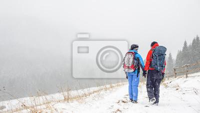 pareja de amantes que viajan en montañas del invierno, Cárpatos, Ukr