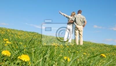 Pareja de enamorados en el prado