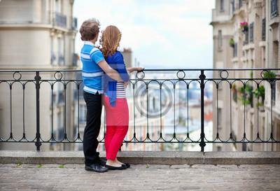 Pareja de jóvenes turistas en Montmartre disfrutando de la hermosa vi