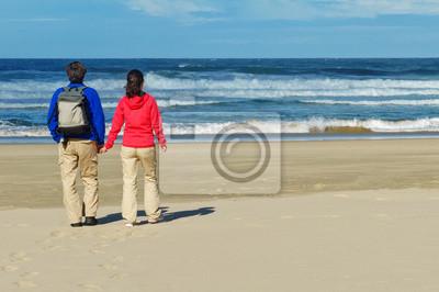 Pareja en la playa del océano, vacaciones románticas en Sudáfrica
