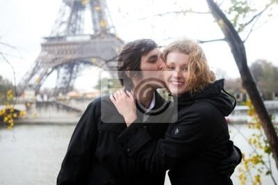 Pareja feliz en París en otoño