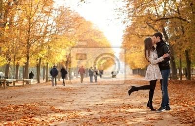 Pareja joven hermosa en el jardín de Luxemburgo en otoño. París,