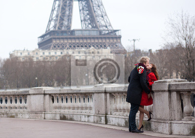 Pareja romántica en el amor en París, cerca de la torre Eiffel