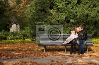Pareja romántica en el jardín de Luxemburgo en otoño. París, Francia