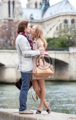 Pareja romántica en París besando