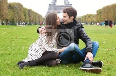 Pareja romántica en París, cerca de la Torre Eiffel