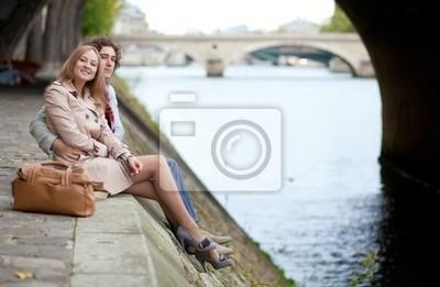 Pareja romántica en París, con una fecha