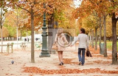 Pareja romántica en París, con una fecha a la caída