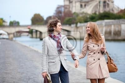 Pareja romántica en París, en el terraplén